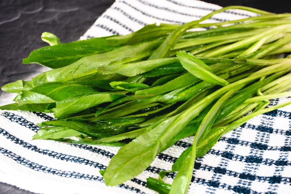Bunches of culantro on a kitchen towel